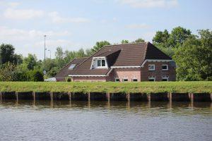 Kanalen ligger over de omkringliggende huse