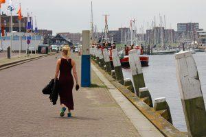 Pernille på kajen i marinaen i Scheveningen