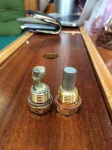 Brugt zink anode til venstre vs. en ny til højre