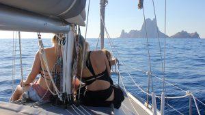 Pigerne ude ved stævnen på Ibiza
