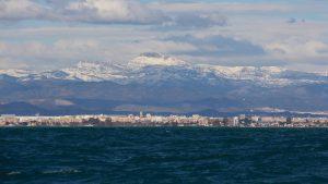 Sne på toppen af bjergene nord for Valencia. Temperaturene er åbenbart længere under gennemsnittet at det første gang i over 90 år det har sneet på de her bjerge