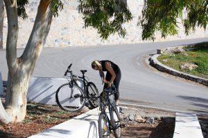 Vi lånte gratis cykler i havnen og kørte over i nabobyen La Herradura
